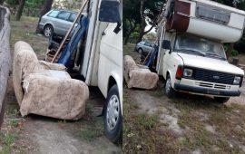 (FOTO) Degrado ai piedi di Buoncammino: rifiuti, auto abbandonate e camper rifugio dei senzatetto