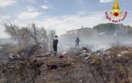 (FOTO) Paura a Elmas: vasto incendio di sterpaglie in un terreno vicino alla 130