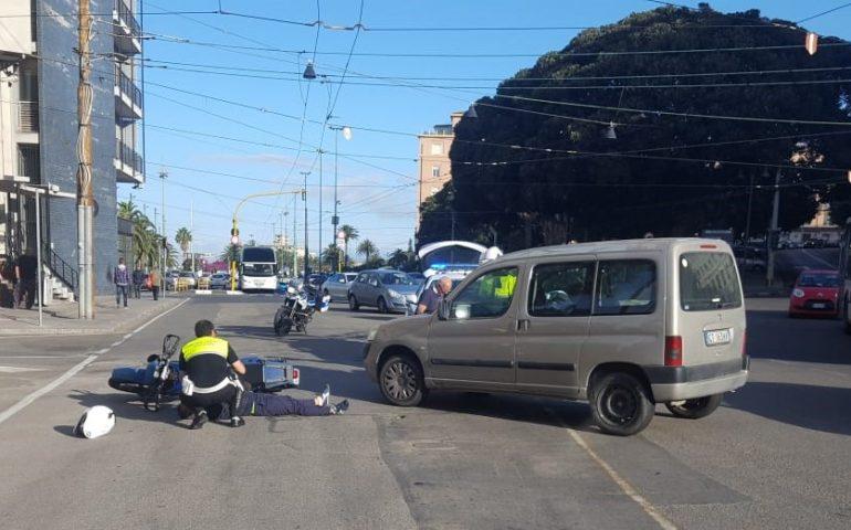 Svolta a sinistra nonostante il divieto e travolge un motociclista in piazza Amendola