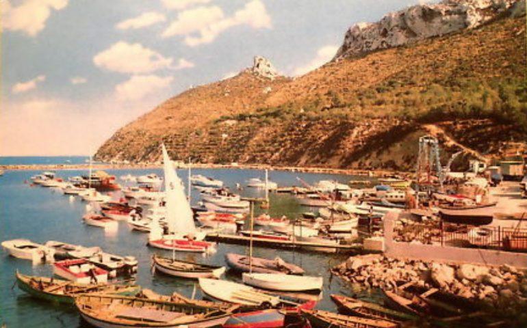 La Cagliari che non c'è più: il porticciolo turistico di Marina Piccola in una foto a colori degli anni Sessanta