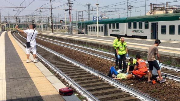 Si scatta un selfie con sullo sfondo una donna appena travolta da un treno