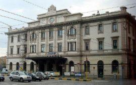 Spaccano una bottiglia di vetro in testa a un 17enne: aggressione omofoba alla stazione di Cagliari