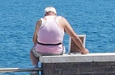 Un anziano porta la foto della moglie a guardare il mare - Foto di Giorgio Moffa (2)