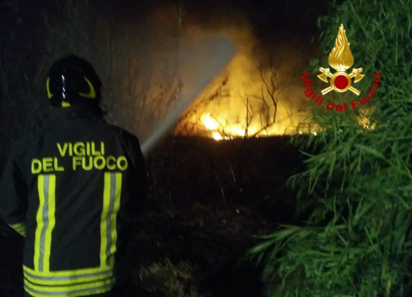 San Priamo. Vasto incendio minaccia le case: paura per i residenti e i turisti