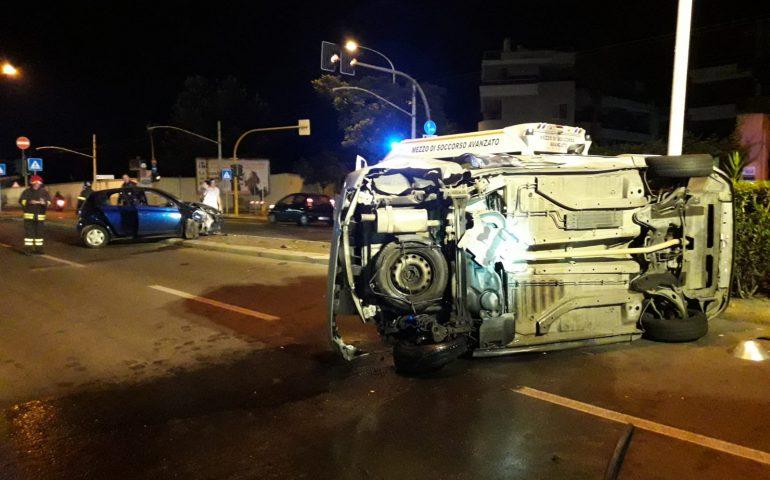 Viale Poetto: 24enne ubriaco provoca un incidente e finisce contro il semaforo ribaltandosi