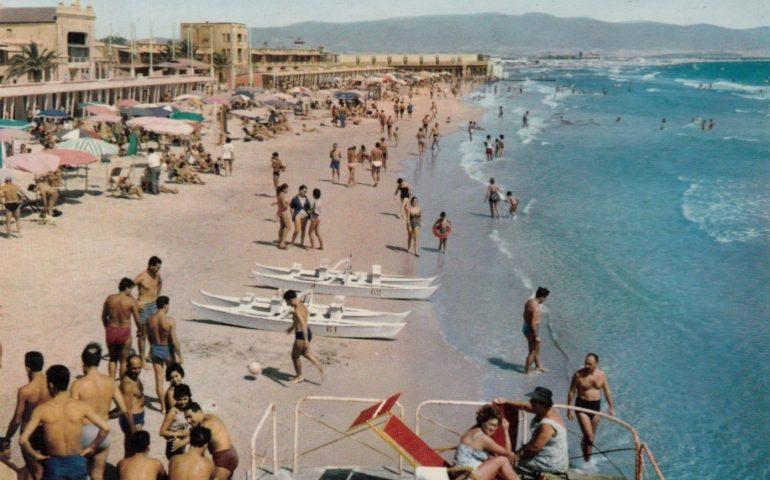 La Cagliari che non c'è più: il mare e i bagni al Poetto nel 1960
