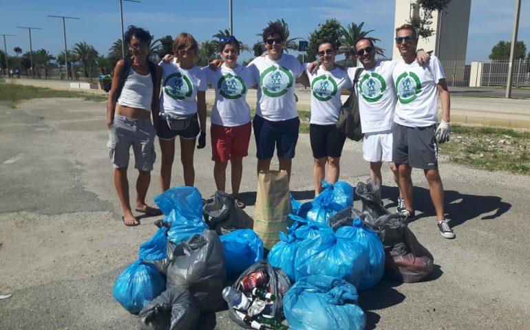 (VIDEO) Poetto, buste e guanti: i volontari di Clean Coast Sardinia puliscono la spiaggia