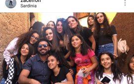 Zac Efron circondato da fan per le strade di Aritzo