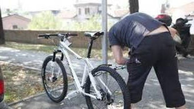 Nuoro, va in giro con la bici rubata tre mesi prima ma il legittimo proprietario lo vede. Denunciato ladro 23enne