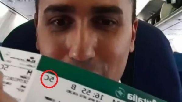 """Di Maio va Cina e mostra il biglietto aereo: """"Volo in economy"""". Ma sui social è bufera: """"Il 5C è business"""""""