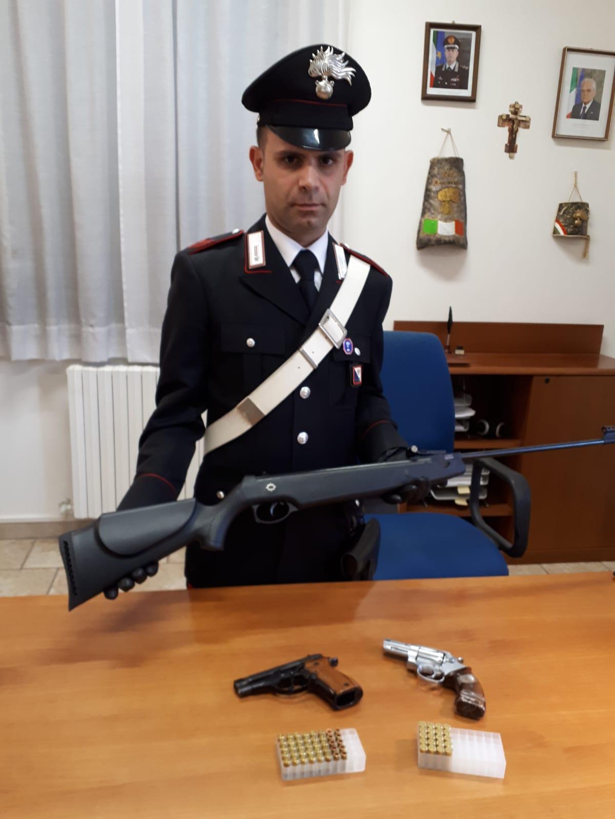 carabinieri carbonia minacce vicino fucile