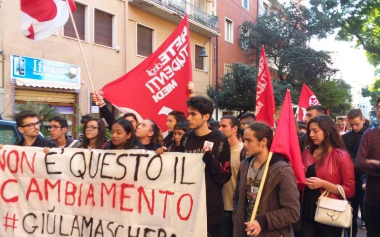 """(VIDEO) Manifestazione studentesca a Cagliari contro i tagli e il decreto """"Scuole sicure"""""""