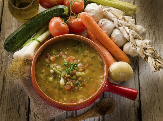 La ricetta Vistanet di oggi. Minestrone di verdure fresche, un piatto di stagione molto saporito e sano