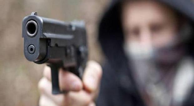 Gli chiede di pulire la sua stanza ma lui impazzisce: 11enne spara alla nonna e poi si uccide