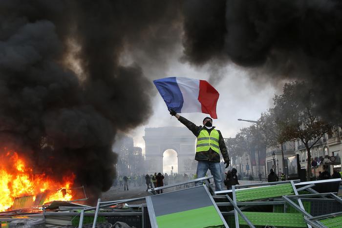 Francia, i Gilet gialli vincono la loro prima battaglia: sospeso l'aumento del carburante