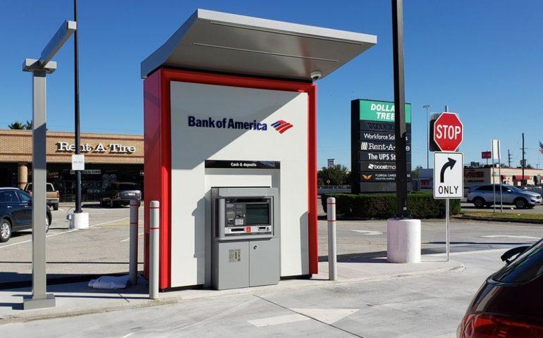 """Texas, il bancomat """"impazzisce"""" e inizia a regalare soldi: banconote da 100 al posto di quelle da 20"""