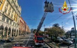 Cagliari, si stacca un cavo elettrico delle luminarie in via Roma: immediato intervento dei Vigili del Fuoco