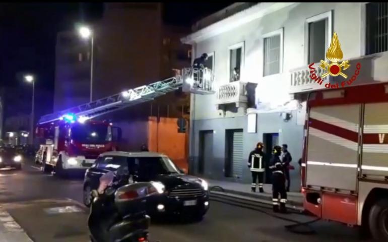 (VIDEO) Fumo dalla finestra di una palazzina in via Tuveri. Vigili del fuoco scongiurano il peggio