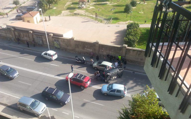 Brutto incidente a Cagliari, auto si ribalta in via Cadello: uomo incastrato tra le lamiere