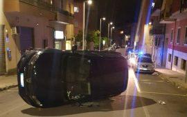 Cagliari, donna al volante si schianta su una macchina in sosta e si ribalta