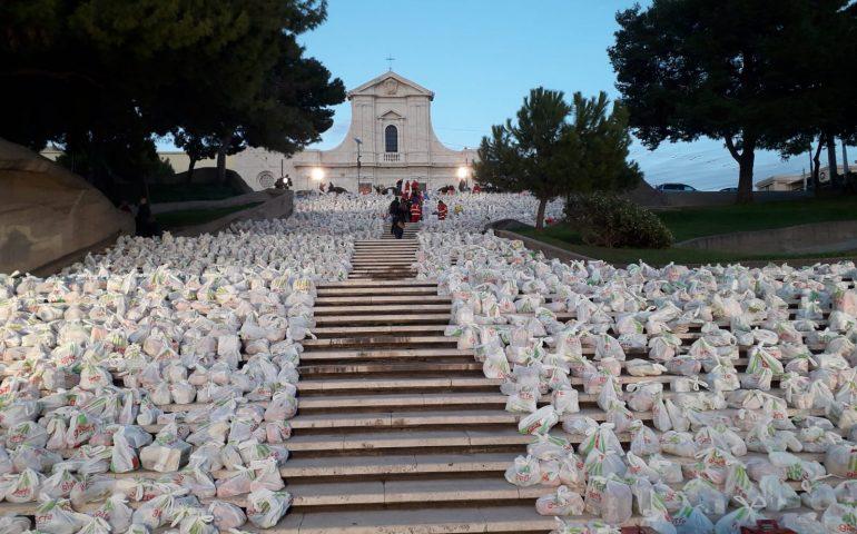 """Cagliari, è Miracolo di Natale. La gradinata di Bonaria """"coperta"""" di generosità"""