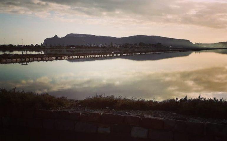 Cagliari, il cielo riflesso nello stagno e in lontananza la Sella del Diavolo nello scatto di un lettore