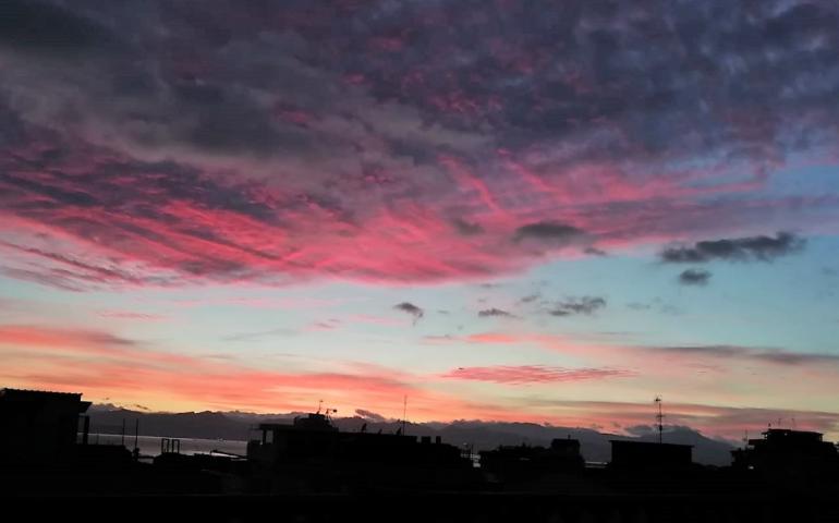 La foto. Cagliari dipinta di rosa: lo splendido tramonto di oggi