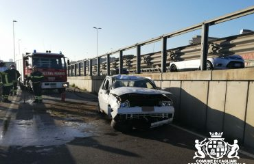 Incidente asse mediano auto si ribalta