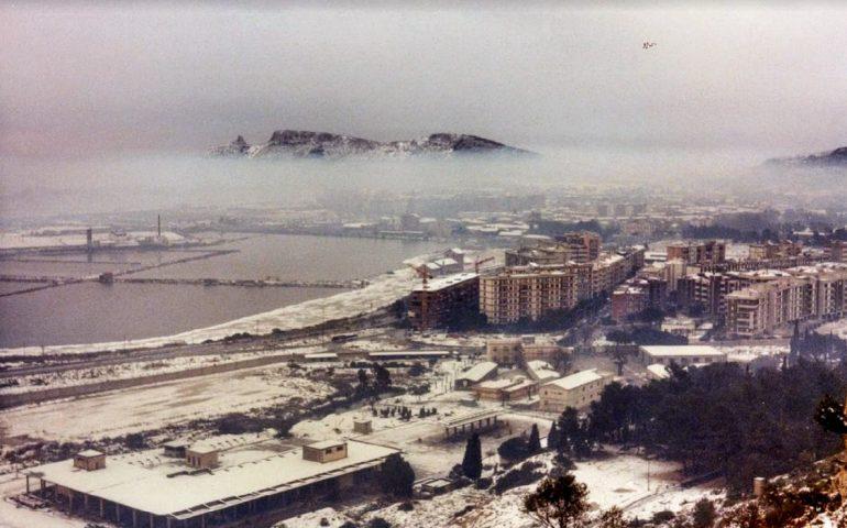 La Cagliari che non c'è più: la Sella del Diavolo e le saline innevate viste da Monte Urpinu il 9 gennaio 1985