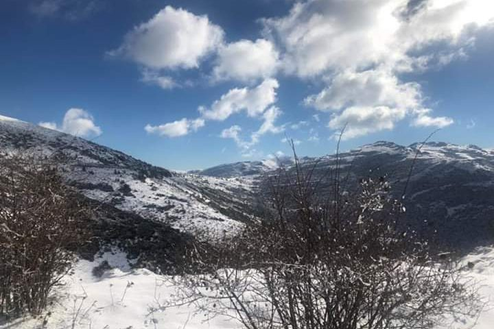 La foto del giorno: la magnifica luce nel contrasto tra neve e cielo, Fonni innevata e con il sole