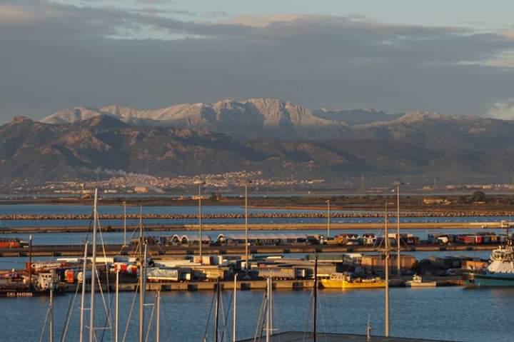 La foto: i monti di Capoterra imbiancati dalla neve
