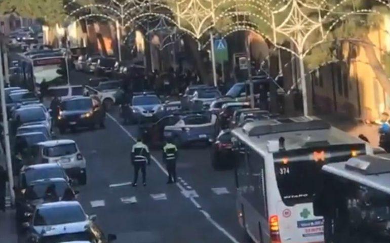 Momenti di tensione a Pirri: uomo armato si barrica in casa, via Italia e vie limitrofe bloccate