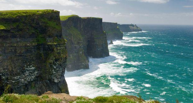 Ancora selfie della morte: 20enne precipita dalle celebri scogliere Cliffs of Moher in Irlanda