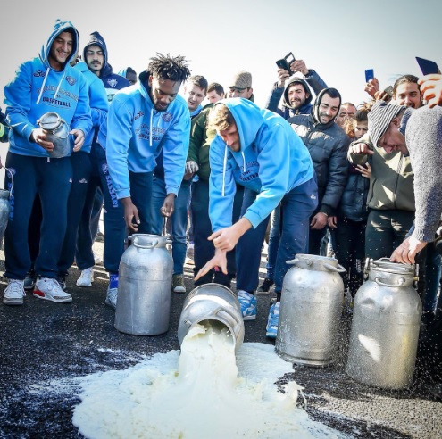 Dinamo sassari protesta pastori sardi