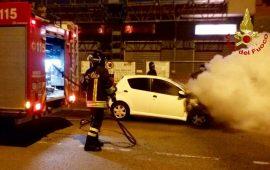 Cagliari, incendio in via Mandrolisai: un'auto in fiamme