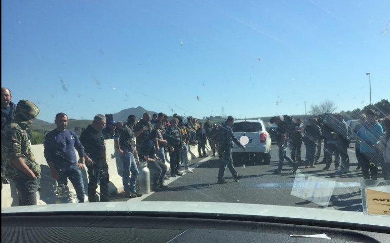 """I pastori non si fermano e bloccano la 131. La minaccia: """"Il 24 febbraio non faremo votare nessuno"""""""