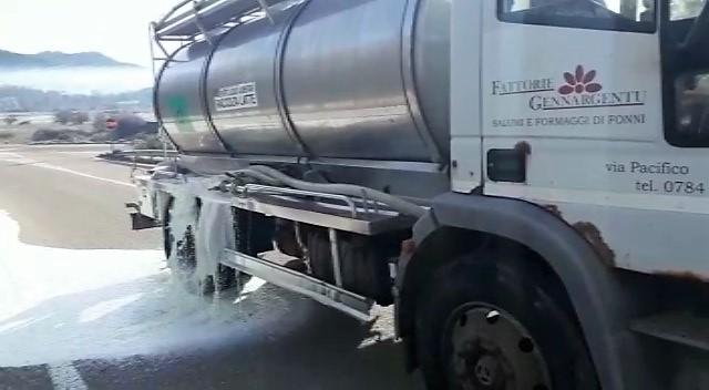 Non si ferma l'onda bianca: ancora latte sulle strade sarde