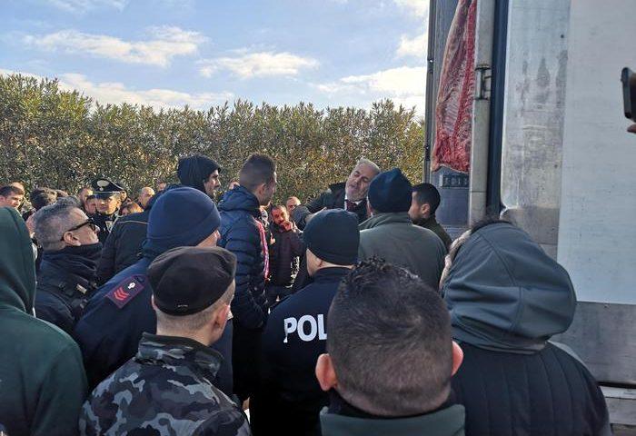 Protesta dei pastori. Tir in arrivo a Porto Torres con carne francese preso d'assalto