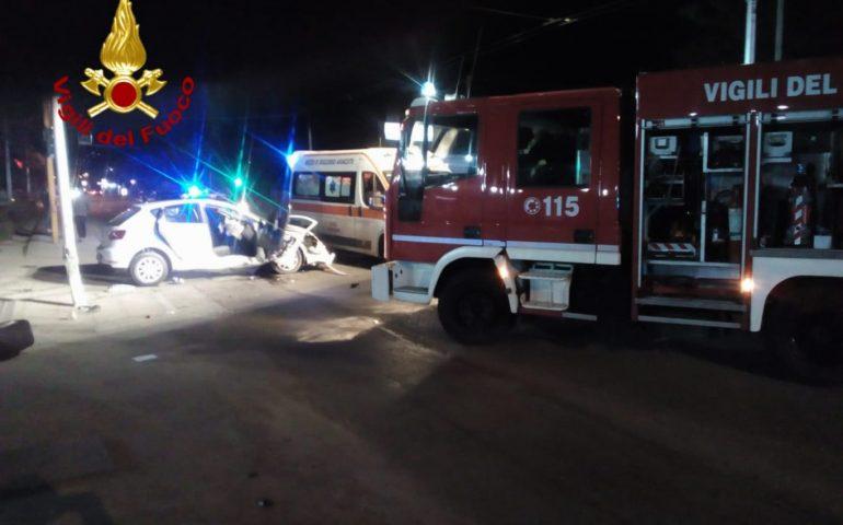 Viale Marconi: scontro frontale tra due auto. Un passeggero estratto dalle lamiere