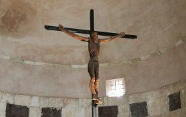 Il crocifisso ligneo di Pinuccio Sciola esposto a San Saturnino (1)