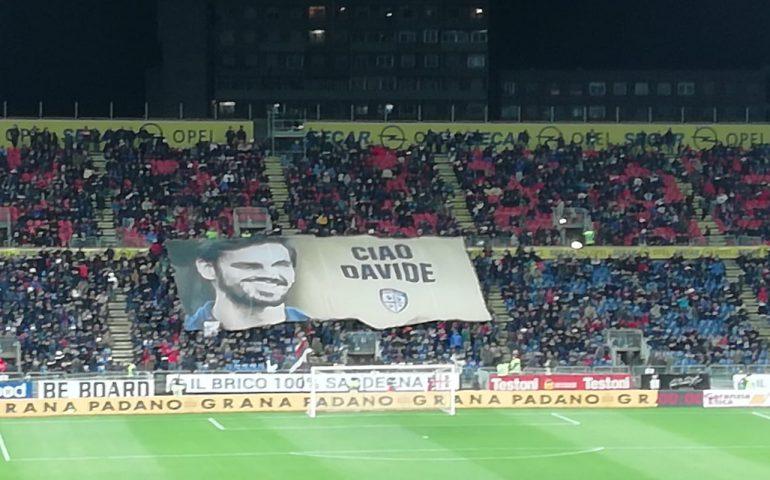 (FOTO) La Curva Sud rende omaggio a Davide Astori prima di Cagliari-Fiorentina