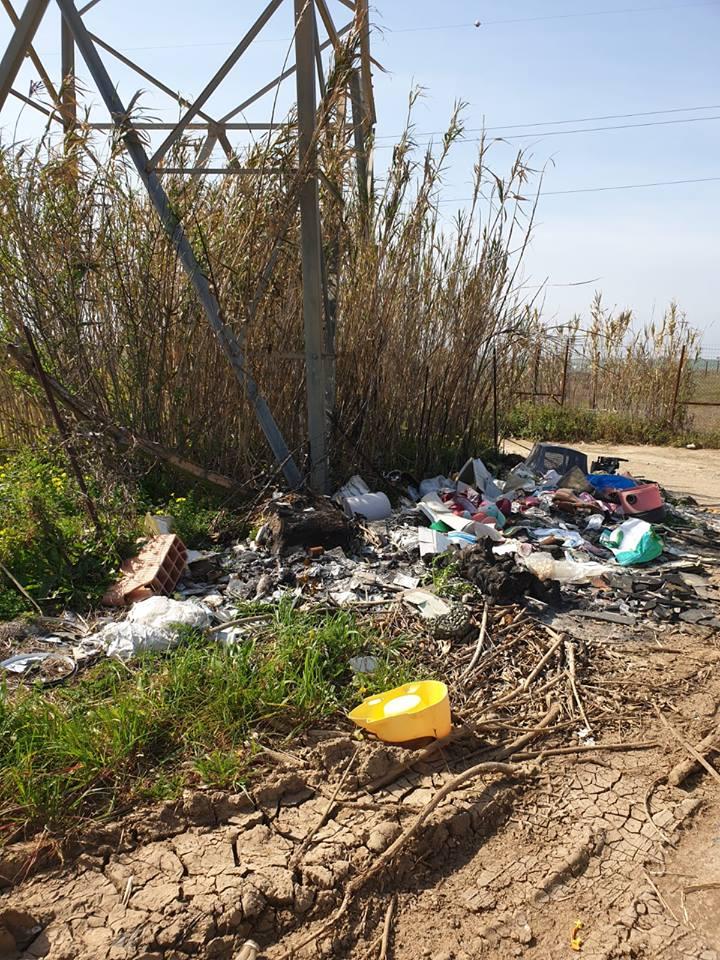 Rifiuti abbandonati nelle campagne di Selargius (8)
