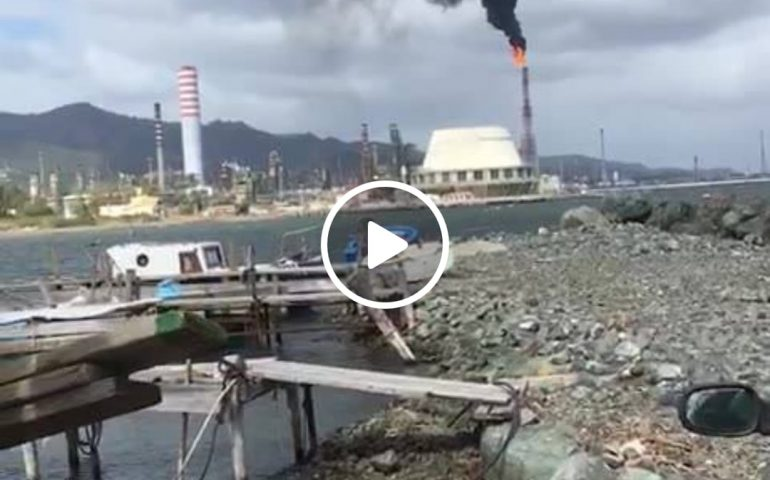 """(VIDEO) Nuvola di fumo nero dalle ciminiere della Saras, ambientalisti: """"Pazzesco"""""""