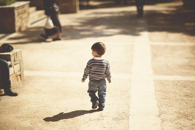 Due anni, in pigiama e scalzo, vagava in strada da solo. Arrestato il padre