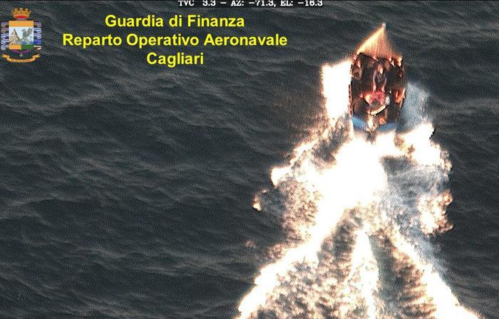 Sant'Antioco, undici migranti fermati in mare dalla Guardia di Finanza