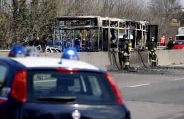 Milano: sequestra autobus pieno di studenti e gli dà fuoco
