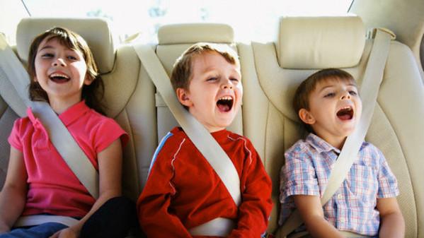 Viaggio sicuro, viaggio allacciato: la sicurezza stradale spiegata ai bambini