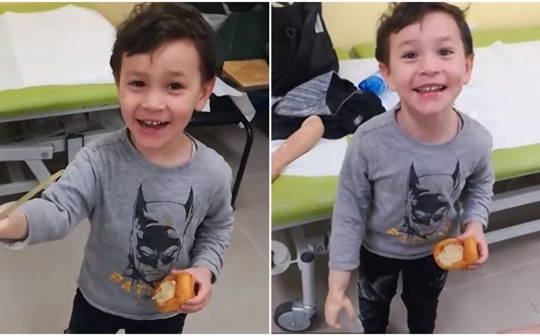 (VIDEO) Giulio e il suo nuovo braccio: âAmmazza, mamma, posso tenerlo?â. Il video diventa virale in tutto il mondo