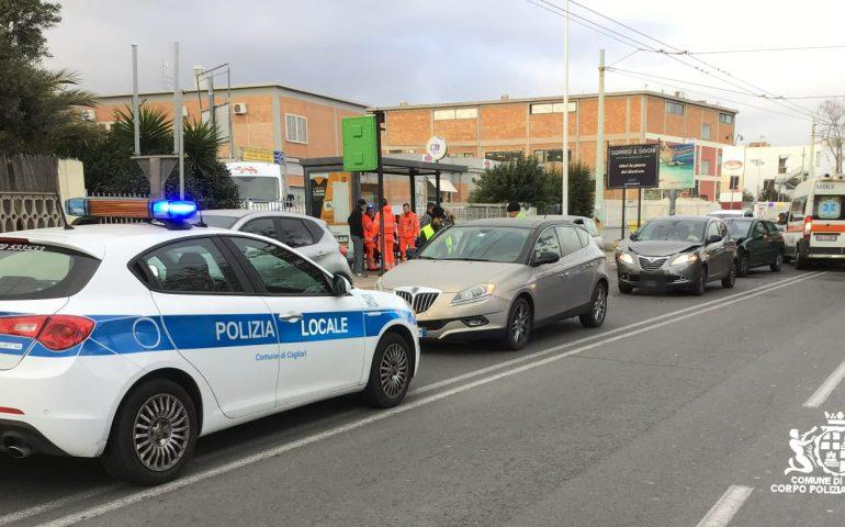 Cagliari, senza patente provoca un tamponamento in viale Marconi: due persone al pronto soccorso