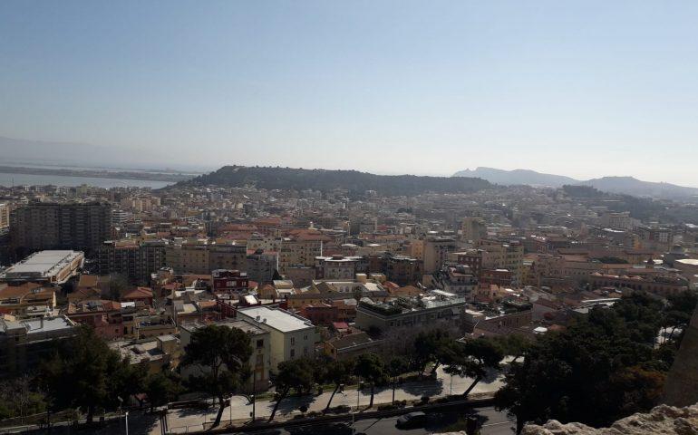 La foto. Tetti di Cagliari, la Sella del Diavolo in lontananza, un cielo terso e pulito: 13 marzo, l'inverno in città